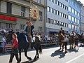 Bauerngman Villach, Reitergruppe in Kirchtagstracht mit Fahne, Kärnten.jpg