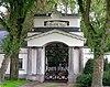 foto van Algemene Begraafplaats Crooswijk: tempelvormig poortgebouw in neo-classicistische stijl