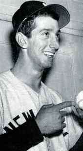 Upřímný snímek mladého muže v baseballu uniformě, s úsměvem a drží baseball