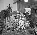 Bloemstukken waaronder één in de vorm van een sigaar en planten (vermoedelijk ca, Bestanddeelnr 255-8482.jpg