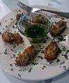 Bolinhos de bacalhau - molho de salsa e alho.jpg