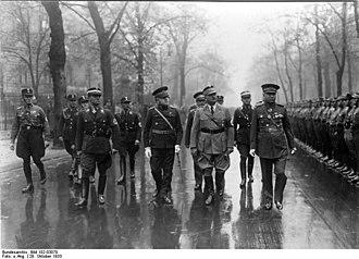 Kemalettin Sami Gökçen - Image: Bundesarchiv Bild 102 03070, Berlin, 10. Jahrestag der türkischen Republik