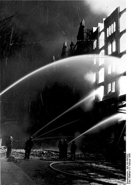 File:Bundesarchiv Bild 183-R97622, Hamburg, Löschen nach Luftangriff.jpg