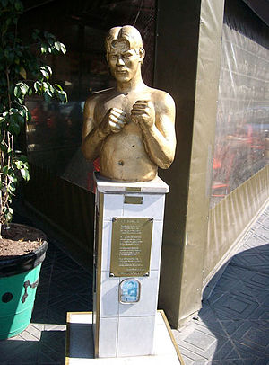 Justo Suárez - Bust of Suárez in Mataderos.