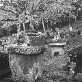 COLLECTIE TROPENMUSEUM Begraafplaats met waruga's te Sawangan TMnr 10028514.jpg
