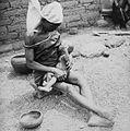 COLLECTIE TROPENMUSEUM Een Samo vrouw die haar kind de borst geeft TMnr 20010215.jpg