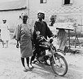 COLLECTIE TROPENMUSEUM Een Yoruba man op zijn Suzuki geflankeerd door twee vrouwen TMnr 20016855.jpg