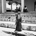 COLLECTIE TROPENMUSEUM Portret van een jongen voor de moskee te Tulehu TMnr 20000211.jpg