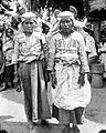 COLLECTIE TROPENMUSEUM Portret van twee Toraja zangeressen uit het dorp Sidéra TMnr 10005896.jpg