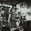 COLLECTIE TROPENMUSEUM Vrouwen drinken thee in een cocktailbar bij de badplaats Kali Bening TMnr 60053710.jpg