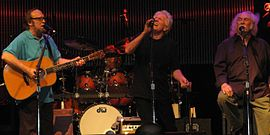 Crosby, Stills & Nash bei einem Konzert im Juli 2010 (v.l. Stephen Stills, Graham Nash, David Crosby)