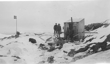 The first hut, built on Kapp Circoncision, in 1929 Cape Circoncision - Bouvet Island.jpg