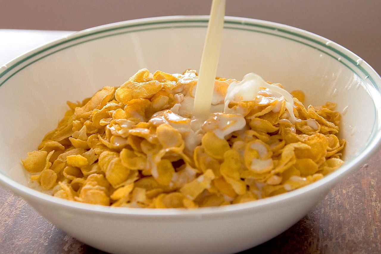 File cornflakes with milk pouring wikimedia commons for Tazon cereales
