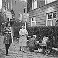 Demonstranten voor het Amerikaanse consulaat te Amsterdam (tegen politiek Vietna, Bestanddeelnr 918-2398.jpg