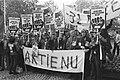 Demonstrerende NS-medewerkers met spandoek Lubbers politiek maakt holland ziek, Bestanddeelnr 932-7595.jpg