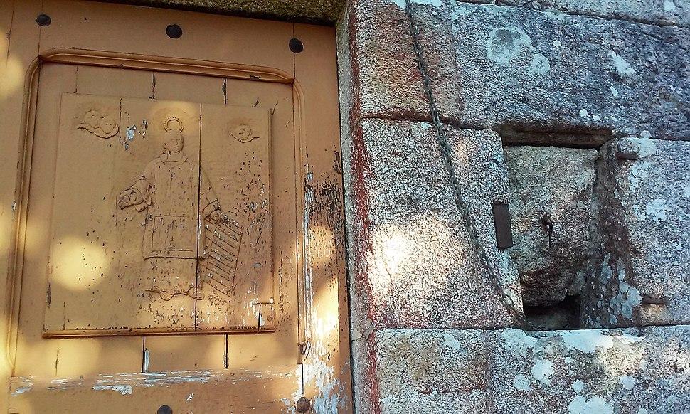 Detalle da porta da igrexa de Árbol, Vilalba