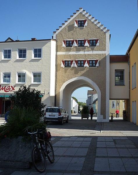 File:Dingolfing - Stadttor.jpg