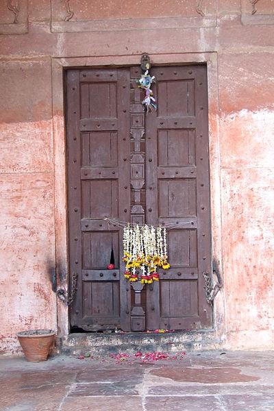 Door-side-building-Taj-Mahal-flower-garlands.JPG