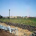 Dorpsgezicht met meisjesschool en minaret - Stichting Nationaal Museum van Wereldculturen - TM-20036636.jpg