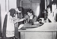 Un asistente con un paciente en la oficina de Equi's en Portland, Oregon