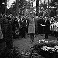 Een landmacht-officier brengt tijdens een militaire begrafenis een groet, Bestanddeelnr 255-9009.jpg