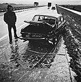 Een zwaar beschadigde auto op de vluchtstrook, Bestanddeelnr 926-8532.jpg