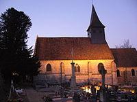 Eglise Saint-Hilaire de la Ferrière (Eure) avec vieil if funéraire.jpg