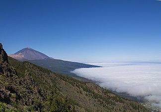El Teide con Valle de La Orotava nublada.jpg