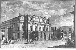 La facciata dal teatro raffigurata in due diverse incisioni storiche, una in rame del 1790 (sopra) e l'altra all'acquatinta del 1850 (sotto): si noti, in quest'ultima, il corpo laterale aggiunto nel 1835.