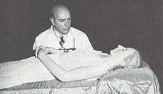 Eva Perón - Cadáver momificado con Dr Pedro Ara- 1953-55.jpg