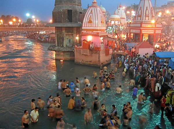 Evening prayers at Har-Ki-Pairi Ghat in Haridwar.jpg