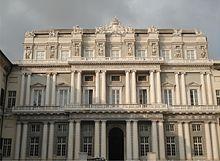 La facciata neoclassica su piazza Matteotti