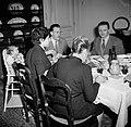 Familie met gasten aan de maaltijd, Bestanddeelnr 252-9364.jpg