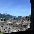 Fortezza delle Verrucole mura con bastioni e panorama da finestra interna 2.jpg