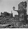 Fotothek df ps 0000116 Fassadenstück einer Ruine mit Gaslaterne.jpg