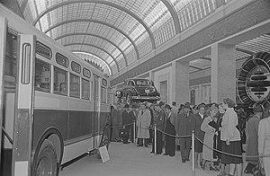 """GM """"old-look"""" transit bus - Image: Fotothek df roe neg 0006356 008 Besucher an einem Messestand mit Kraftfahrzeugen"""
