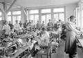 Frauen in der Armeeschneiderwerkstatt an der Arbeit - CH-BAR - 3241363.tif