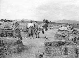 Fru Markides och Dikaios på besök. Vouni. Galini - SMVK - C01670.tif