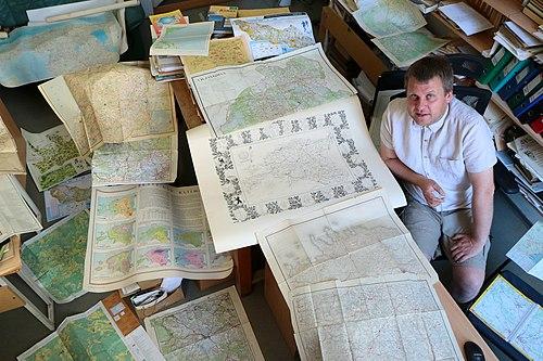 Geograaf Taavi Pae Eesti kaartidega.jpg