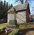 Gohrisch - Spritzenhaus und Gedenkstein für Adelbert Hauffe.jpg