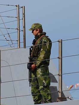bc055855f2a2 I Sverige var det först med Fältuniform 90, som en kamouflagefärgad uniform  infördes.