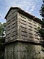 Hórreo con paneira de pedra en Comoxo, Boiro.jpg