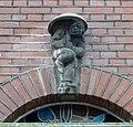 Haus Wildenbruchstraße 15, Skulptur über Eingang, Düsseldorf-Oberkassel.jpg