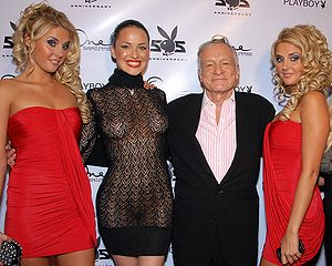 Hugh Hefner posing with Karissa Shannon, Dasha...