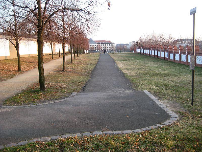 File:Invalidenfriedhof, Berliner Mauerweg.jpg