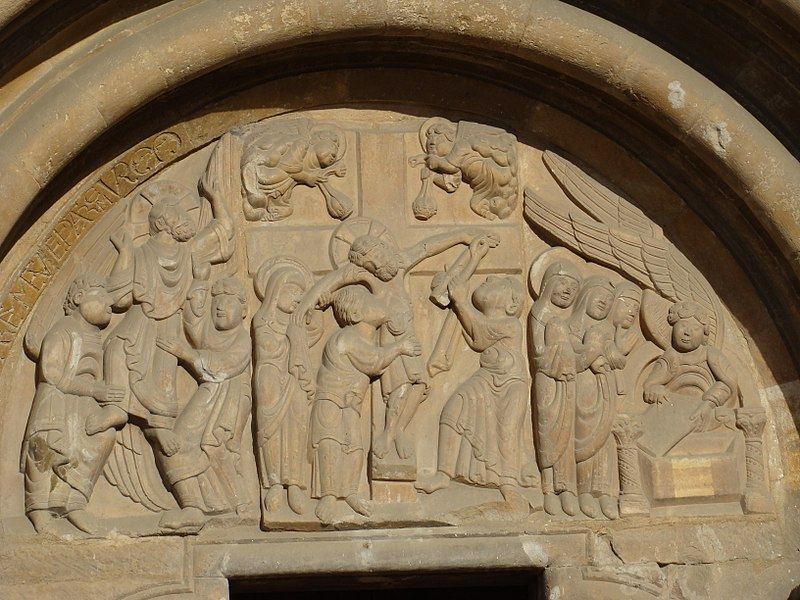 File:Isidoro Leon fachada sur timpano puerta Perdon lou.JPG