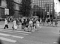 Jalankulkijoita ylittämässä katua Kaivokadun ja Keskuskadun risteyksessä - N105825 - hkm.HKMS000005-0000078k.jpg
