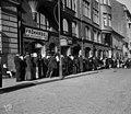 Jonotusta elokuussa 1917 ns. voimellakoiden jälkeen voi- ja juustomyymälä Oy Hansan myymälään, Unioninkatu 26.jpg