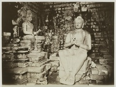 KITLV 19633 - Kassian Céphas - Buddha sculpture with links the sculpture of a king's son in listening Tjandi Mendoet near Borobudur - Around 1890.tif