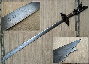 Kampilan - The lamination (pattern welding) of the blade of this kampílan is clearly visible. A close-up view of the characteristic spikelet on the blade's tip is also shown.